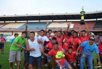 Jogadores e comissão técncia do Esporte Clube santarém comemoram o bicampeonato (Foto: Weldon Luciano/GloboEsporte.com)