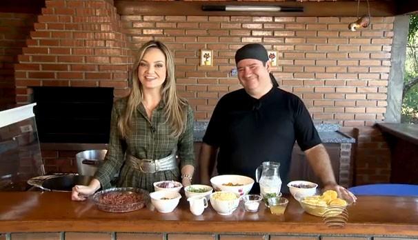 Vivian Padovan apresenta a receita de carne seca com banana da terra (Foto: Reprodução/TV Fronteira)
