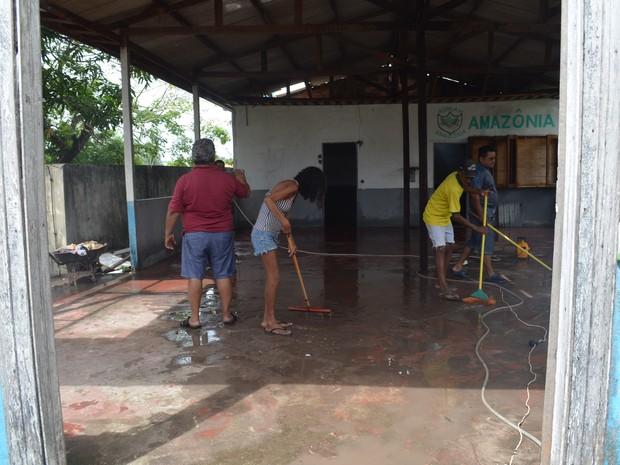 Moradores limpam prédio abandonado (Foto: Carlos Alberto Jr/G1)