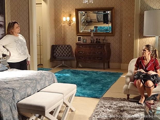 Madá flagra Tina pegando os cartões para levar a Bárbara (Foto: Sangue Bom/TV Globo)