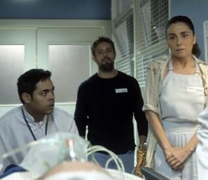 Alice e César acompanham transferência de Tanaka (Foto: TV Globo)