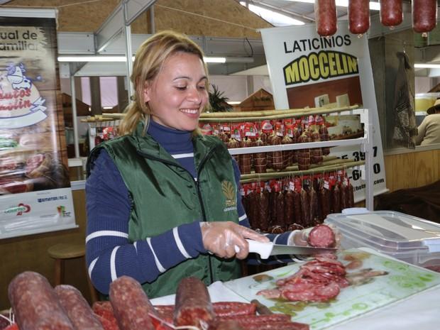 Silvania corta o salame que servirá como prova no Pavilhão da Agricultura Familiar (Foto: Felipe Truda/G1)