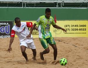 Buiu (Pedro Canário) disputa bola com Maguinho (Vitória) Estadual de futebol de areia no Espírito Santo (Foto: Pauta Livre)