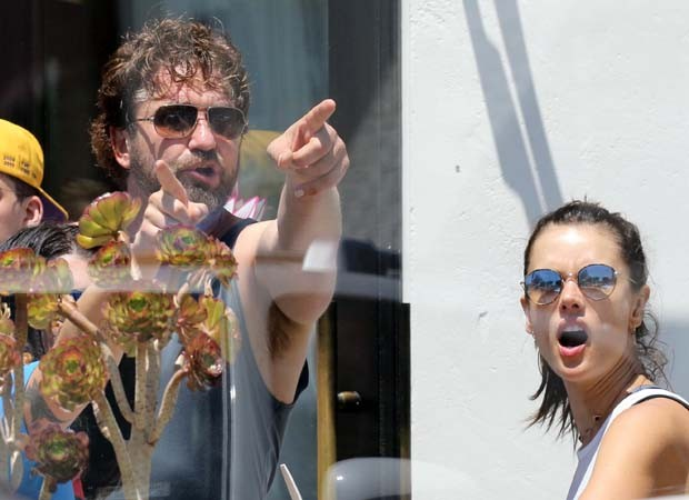 Alessandra Ambrosio se diverte com Gerard Butler (Foto: The Grosby Group)
