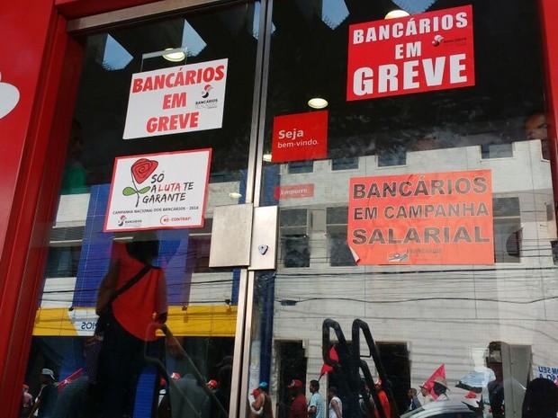 Cartazes afixados nas agências em Maceió indicavam greve dos bancários (Foto: Marcio Chagas/G1)