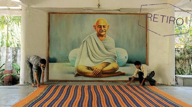 Viva como Mahatma Gandhi na Índia (Foto: Sam Panthaky/AFP)