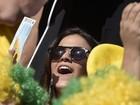 Bruna Marquezine vai a estádio ver Neymar e fãs tietam