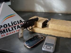 Arma, porção de droga e celulares apreendidos (Foto: TV Integração/Reprodução)