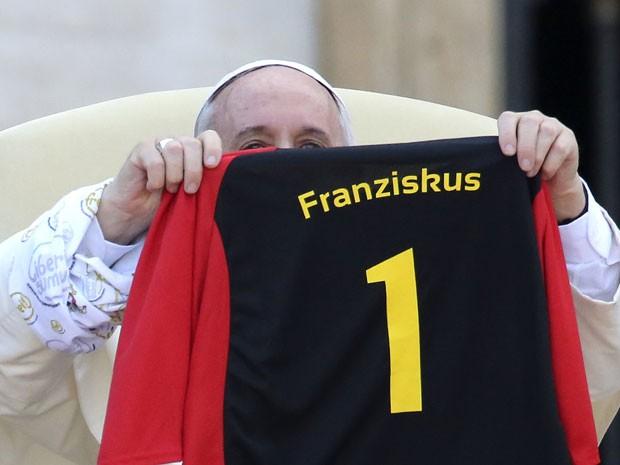 O Papa Francisco recebe camisa com o número 1 às costas (Foto: Stefano Rellandini/Reuters)