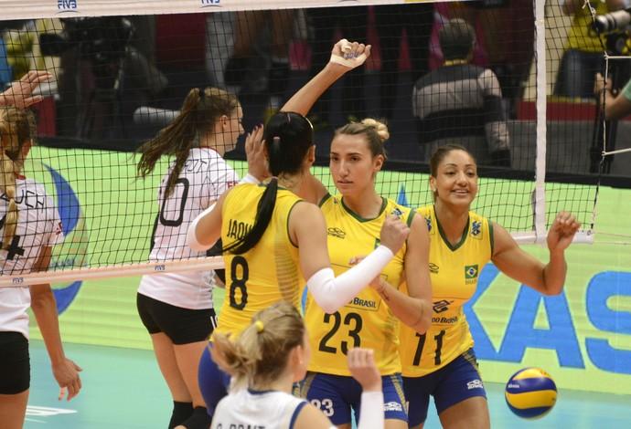 Jogadoras do Brasil comemoram ponto em jogo contra Alemanha pelo Grand Prix  (Foto: Divulgação/FIVB)