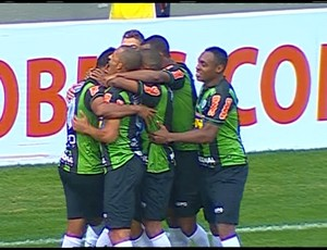 Jogadores América-MG comemoram gol (Foto: Reprodução \Premiere)
