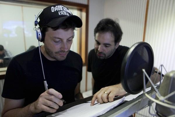 Danilo Gentili recebe orientações do diretor para a dublagem de Bugigangue no espaço:  (Foto: Divulgação)
