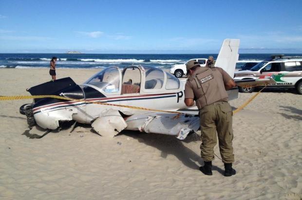 Avião caiu na tarde deste sábado (16) em Laguna (Foto: Sérgio Guimarães/ RBS TV)