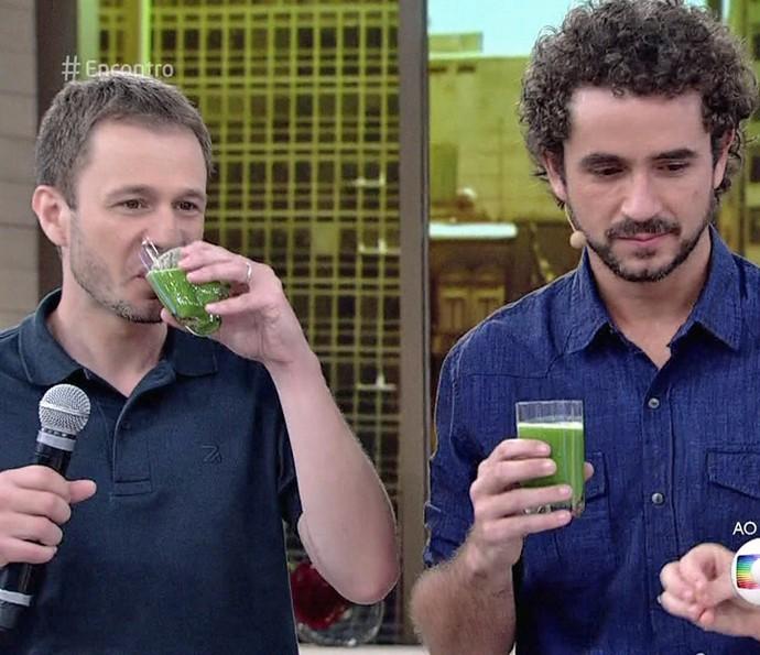 Será que Tiago Leifert e Felipe Andreoli aprovaram o suco? (Foto: TV Globo)