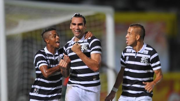 Santa Cruz x Portuguesa gol Léo Gamalho (Foto: Aldo Carneiro/Pernambuco Press)