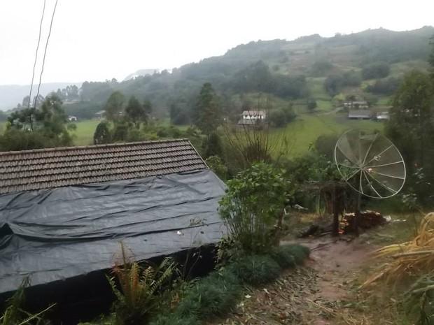 Casas tiveram telhas quebradas pelas pedras de granizo, em Marques de Souza (Foto: Divulgação/Prefeitura de Marques de Souza)