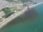 Mesmo após mancha, banhistas nadam na Praia do Perequê, em SC