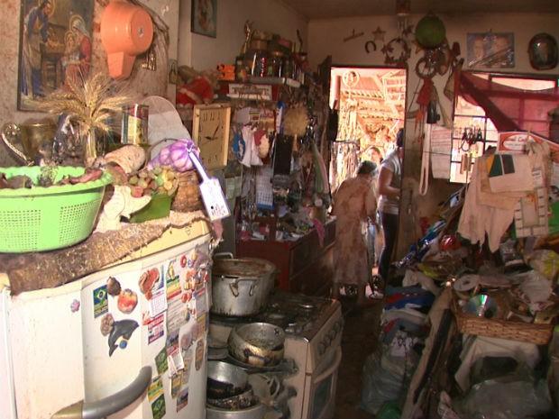 Agentes de endemias retiraram dois caminhões de lixo de uma casa em Rolândia (Foto: Reprodução/RPC TV)