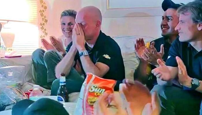 Jan Magnussen assiste à estreia do filho Kevin pela TV