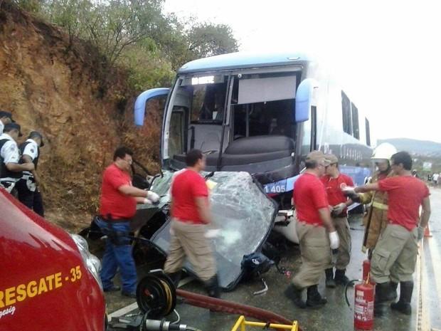 Veículo ficou preso na frente do ônibus (Foto: TV Verdes Mares/Reprodução)