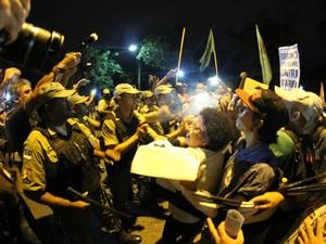 Spray de pimenta é utilizado em protesto contra aumento da passagem no Recife (Foto: Aldo Carneiro / Pernambuco Press)