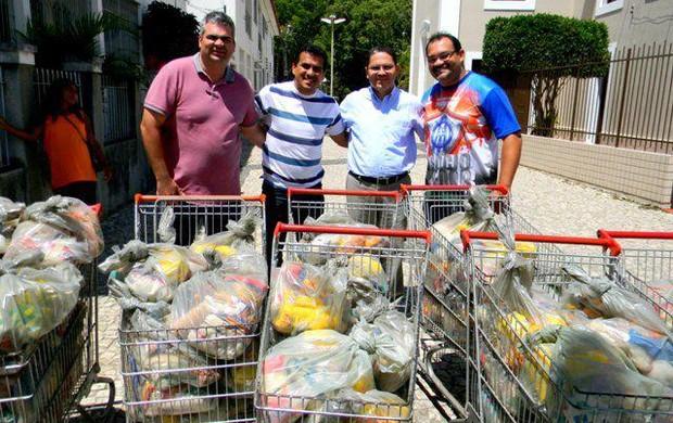 Diretoria do Itabaiana entraga 1,5 toneladas de alimentos (Foto: Acervo Beto Silveira)