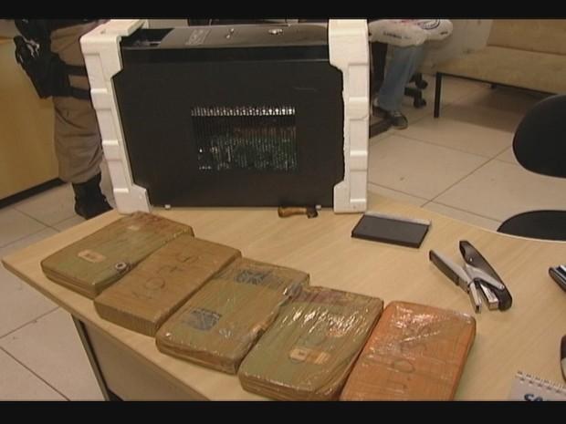 Cinco quilos de pasta base de cocaína estavam dentro da CPU de um computador na poltrona do ônibus. (Foto: Reprodução/InterTV)