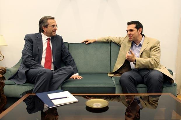 O líder do partido grego Nova Democracia, Antonis Samaras (à esq.) encontra o líder da frente de esquerda Syriza, Alexis Tsipras, nesta segunda-feira (18) no Parlamento em Atenas (Foto: AP)