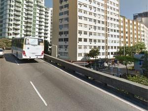 Em Botafogo, ônibus passa sobre viaduto cuja barreira insuficiente tem altura equivalente a de suas rodas (Foto: Reprodução/Google Maps)