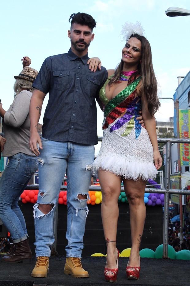 Viviane Araújo e Radamés na 16ª Parada LGBT de Madureira  (Foto: Anderson Borde / agnews)