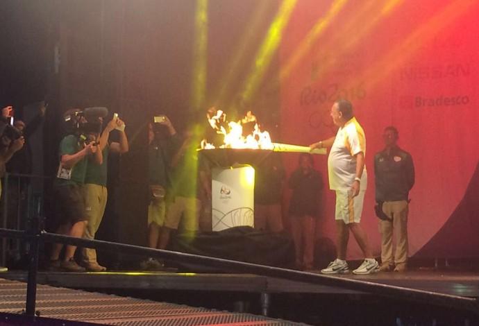 Galvão Bueno tocha olímpica Londrina (Foto: Twitter/Governo Federal)