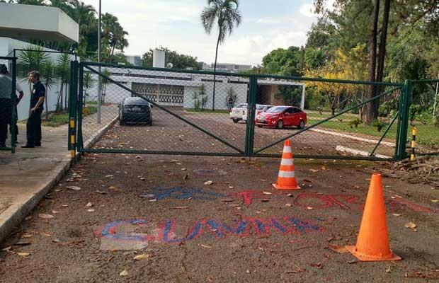 Manifestantes deixaram mensagem '#foracunha' pintada no chão da residência oficial (Foto: Laís Alegretti/G1)