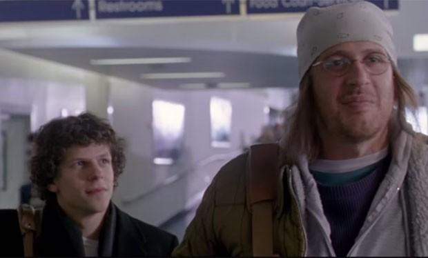 Jesse Eisenberg e Jason Segel em cena de 'The end of the tour'; no filme, Segel interpreta o cultuado escritor David Foster Wallace, que cometeu suicídio em 2008 aos 46 anos (Foto: Divulgação)