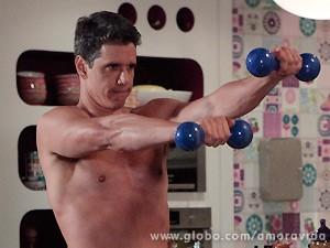 Momentos antes, o ex de Pat se exercitava, mostrando a boa saúde (Foto: Amor à Vida / TV Globo)