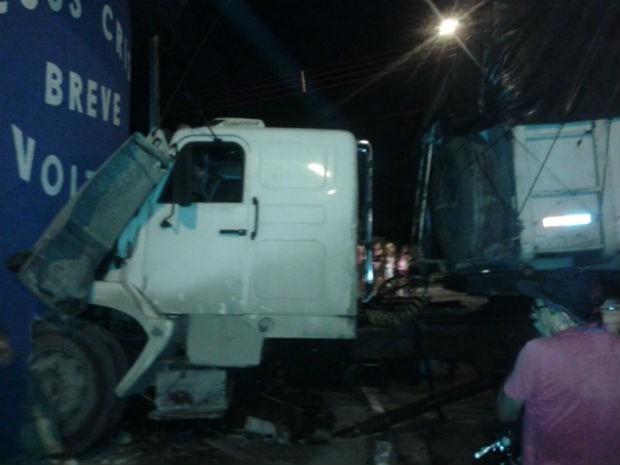 Caminhão estacionado sem freio bate em muro de casa em Itu (Foto: Arquivo Pessoal)