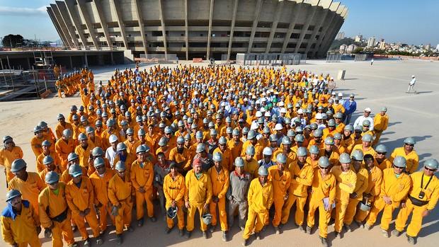Operários fazem foto comemorativa dos 47 anos do Mineirão (Foto: Sylvio Coutinho / Divulgação)