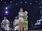 Ivete Sangalo se apresenta de vestido curtinho em Salvador