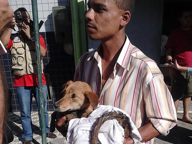 Morador resgata cadela presa em bueiro há mais de 24 horas em Barra Mansa, RJ (Foto: Luciano Lucena Guedes/ Arquivo Pessoal)