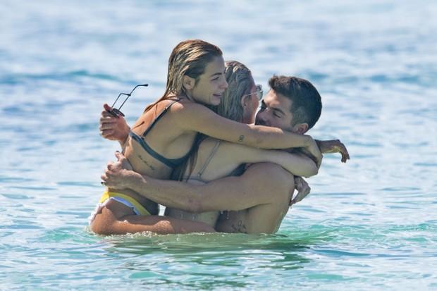 Lottie Moss namora muito em praia e se irrita com fotógrafo em férias (Foto: AKM)