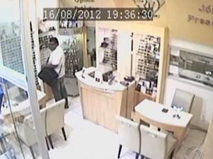 36b4ba50741 Imagens mostram homem roubando loja da capital. (Foto  Reprodução  TVCA)