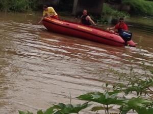 Carro foi localizado a quatro metros de profundidade (Foto: Bombeiros Voluntários de Jaguaruna/Divulgação)