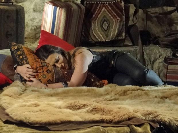 Bianca decide ir embora e vai até a caverna de Zyah (Foto: Salve Jorge/ TV Globo)