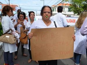 Tempo de consulta também foi motivo de protesto (Foto: Marina Fontenele/G1)