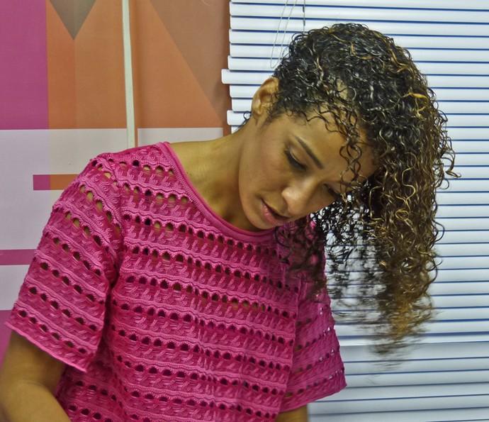 Alinne Prado desembaraça os fios com as mãos (Foto: Brunella Menezes / Gshow)