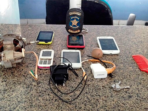 Material apreendido dentro das três celas da delegacia de Viçosa (Foto: Divulgação/PC)