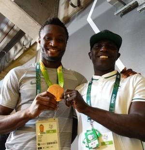 Obi Mikel exibe medalha de bronze ao lado do treiandor (Foto: Maurício Paulucci)