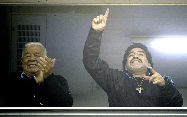 Maradona assiste a partida do Boca Juniors contra a U. de Chile (Foto: AFP)