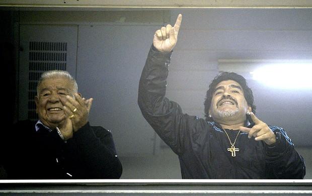 Maradona assiste a partida do Boca Juniors contra a U. de Chile (Foto: AFP)