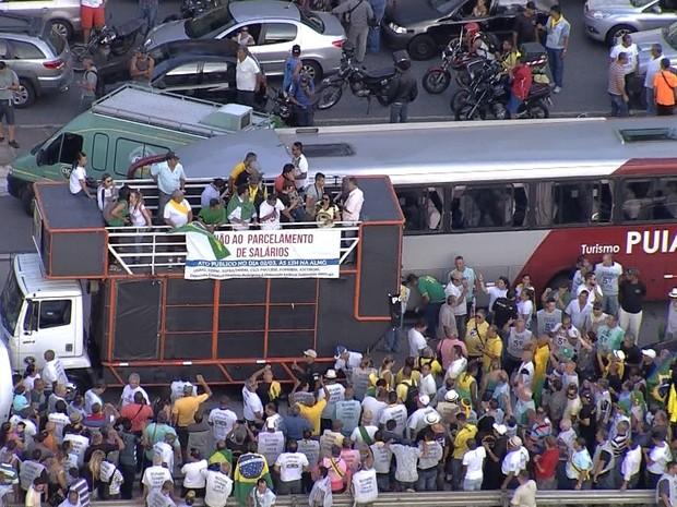 Manifestantes protestam contra parcelamento de salário (Foto: Reprodução/TV Globo)