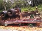 Dois dias após tombar, caminhão de tomates segue encostado na rodovia
